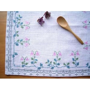 スウェーデンの手刺繍クロス★リネア★ドイリー 白地にピンクのリネアの刺繍