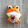 雨の日を楽しく!七宝焼ブローチ 花を持ったカエル