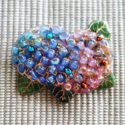 雨の日を楽しく!七宝焼ブローチ 2色のアジサイ