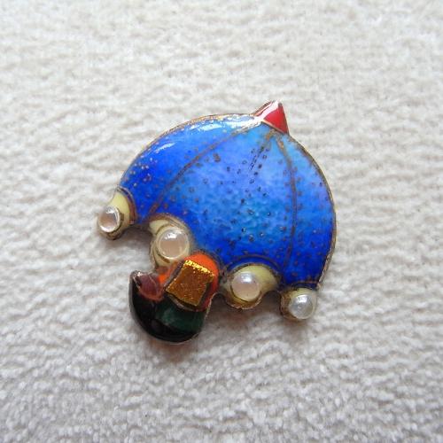 雨の日を楽しく!七宝焼ピンブローチ(ピンバッジ,ピンズ) 青いパラソル